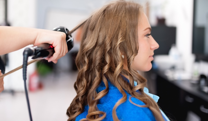 woman using hair curler