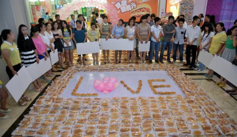 wang han proposed to his girlfriend by spelling out LOVE in 1001 hot dogs