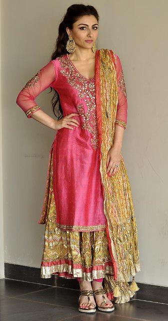 soha ali khan in her mehendi dress, designed by ritu kumar