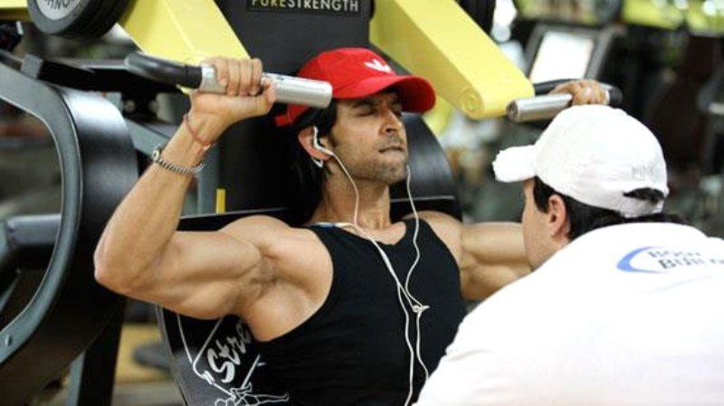 hrithik roshan doing chest exercises
