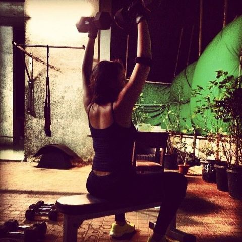 sonakshi sinha lifting dumbbells during her workout