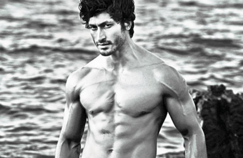 vidyut jamwal showing off his ripped body