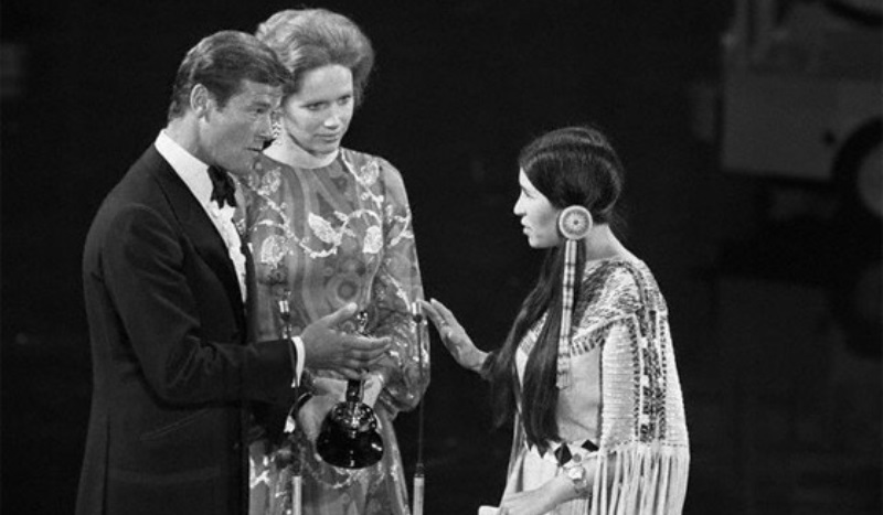 sacheen littlefeather waving away the golden statuette