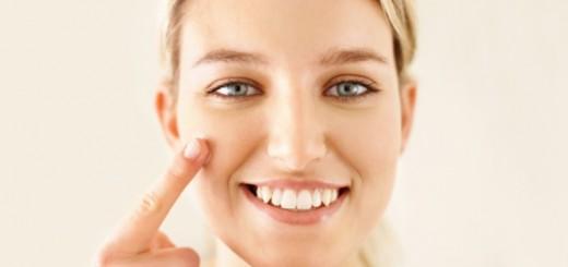 woman applying moisturizer1_New_Love_Times