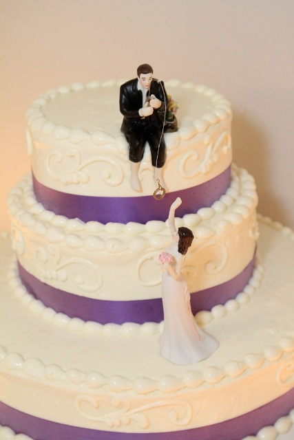 http://www.newlovetimes.com/wp-content/uploads/2015/07/4-wedding-cake-with-trendy-topper.jpg