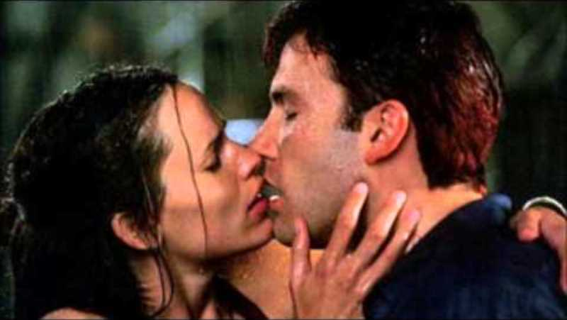 jennifer garner and ben affleck kiss scene from the movie 'daredevil'