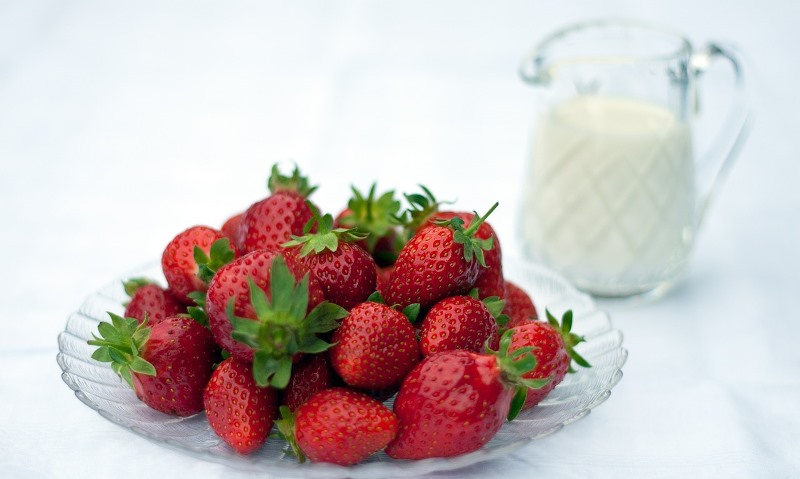 strawberries and milk cream