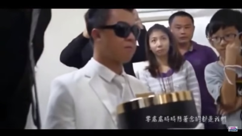 mr lai holding his late girlfriend's ashes during the wedding ceremony_New_Love_Times