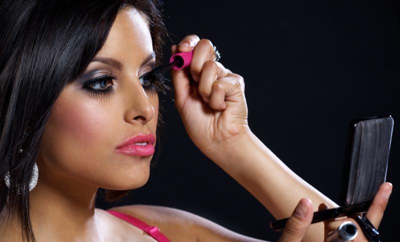 woman applying mascara1