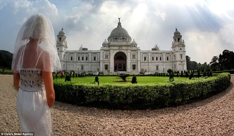 pavlina in front of the victorian memorial, kolkata, india_New_Love_Times