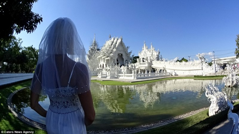 pavlina in front of the white temple, chiang rai, thailand_New_Love_Times