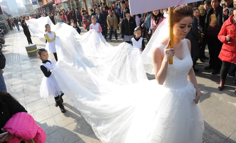 long train on wedding dress_New_Love_Times